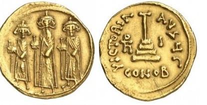 Solidus van Mu'āwiya, 661–80. De drie kruisen op de kronen zijn vervangen door bollen. Het kruis op de avers is zodanig veranderd dat het geen christelijk kruis meer leek.